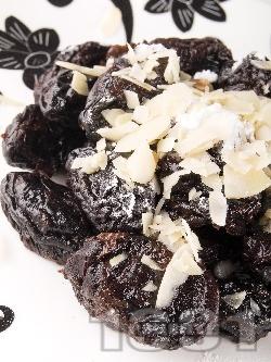 Лесни домашни плодови бонбони (топчета) за десерт със сушени сини сливи, орехи, конфитюр и фъстъци - снимка на рецептата